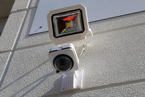 Mit einem Infrarotstrahler können Sie ihre Übrwachungskamera außen oft problemlos nachrüsten.
