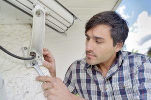 Die Versorgung per Stromkabel bietet sich für eine fest installierte Überwachungskamera außen an.