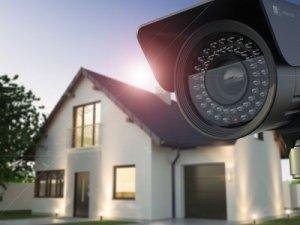 Eine Überwachungskamera außen installiert eignet sich hervorragend, um Häuser und Grundstücke zu überwachen.